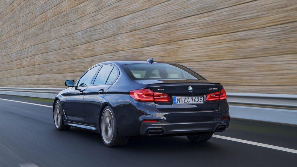 Gracias a la tracción total xDrive, este BMW M550i xDrive es tres décimas más rápido para pasar de 0 a 100 km/h que un BMW M5. Y eso que tiene casi 100 CV, extraídos de un 4.4 V8 TwinPower Turbo puesto a punto por el departamento M Performance.