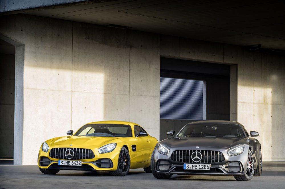 La sigular parrilla AMG Panamericana ahora es de serie en todos los Mercedes-AMG GT. También se ha rediseñado su paragolpes o faros. El propulsor 4.0 V8 Biturbo ahora es más potente que antes, pues ofrecen 476 y 522 CV de potencia si son GT o GT S respectivamente.