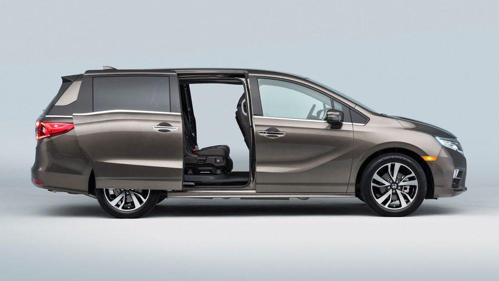 Este nuevo Honda Odyssey supera los 4,80 metros de largo y su frontal está inspirado en el nuevo Civic, con la parrilla Honda Wing, que en este caso será activa para mejorar su Cx. Para facilitar el acceso a las plazas traseras se mantienen las puertas correderas.