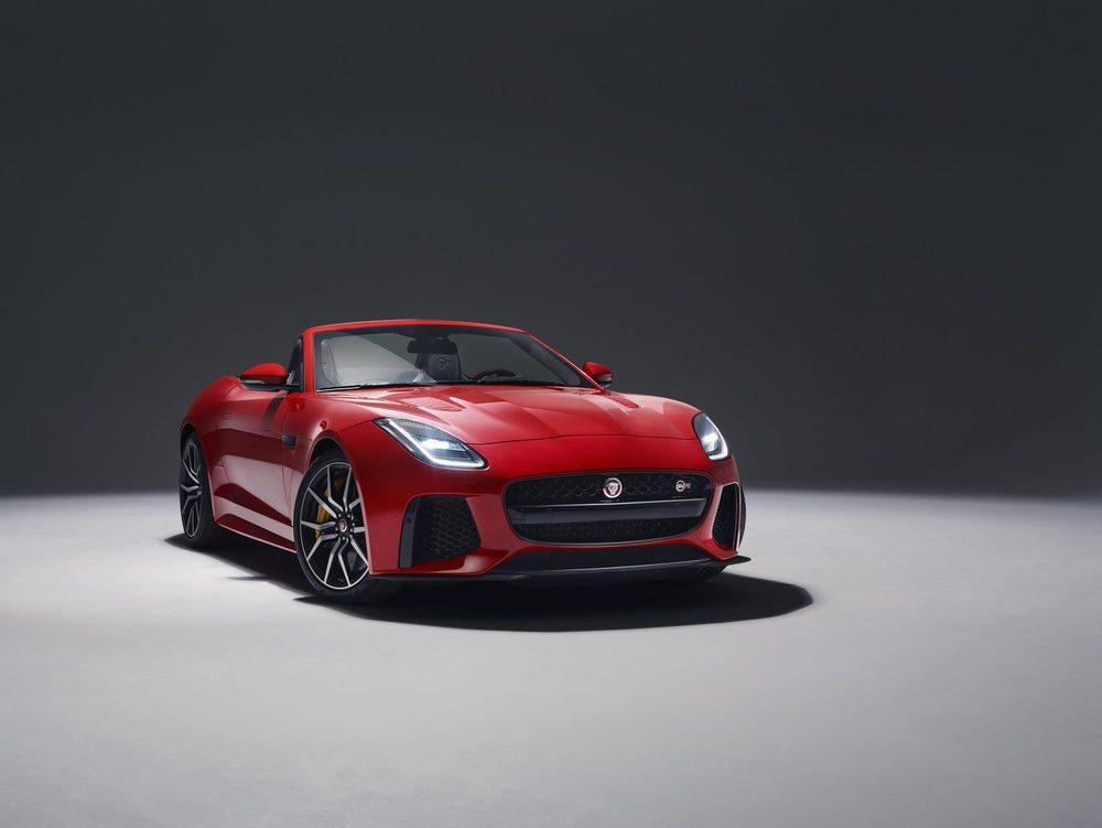 Lo que más cambia en el exterior de los Jaguar F-Type es su frontal, donde aparece un nuevo paragolpes, así como nuevos faros con tecnología Full LED. Sus potencias oscilan entre los 340 y los 575 CV de potencia.
