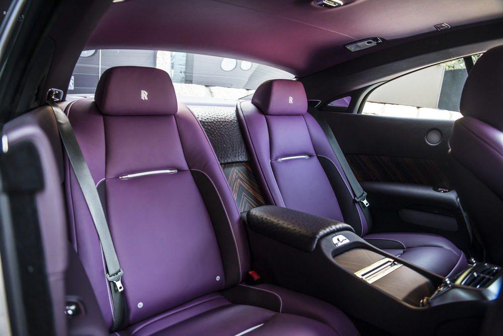 El color púrpura es el tono elegido para teñir el cuero utilizado en este exclusivo Wraith, donde también encontramos inserciones en piel de avestruz.