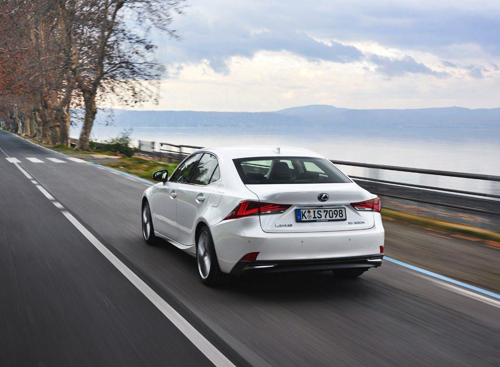 Los ingenieros de Lexus han trabajado en su chasis, para ofrecer un comportamiento más dinámico, sin perder confort de marcha. A España sólo llegará la versión 300h, con una mecánica híbrida que genera 223 CV y sólo consume 4,3 l/100 km.