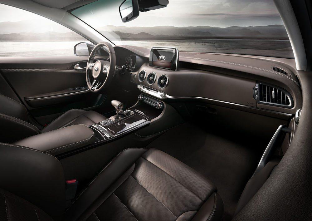 El interior destaca por su calidad y su diseño con todo muy ordenado y con un acusado aire deportivo.