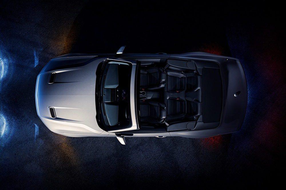 La versión Convertible hereda el diseño exterior del Fastback, pero suma capota de lona para cubrir su habitáculo, con espacio para cuatro ocupantes. El motor V6 desaparece, pero se mantendrán los conocidos 2.3 EcoBoost y 5.0 V8, ambos revisados.
