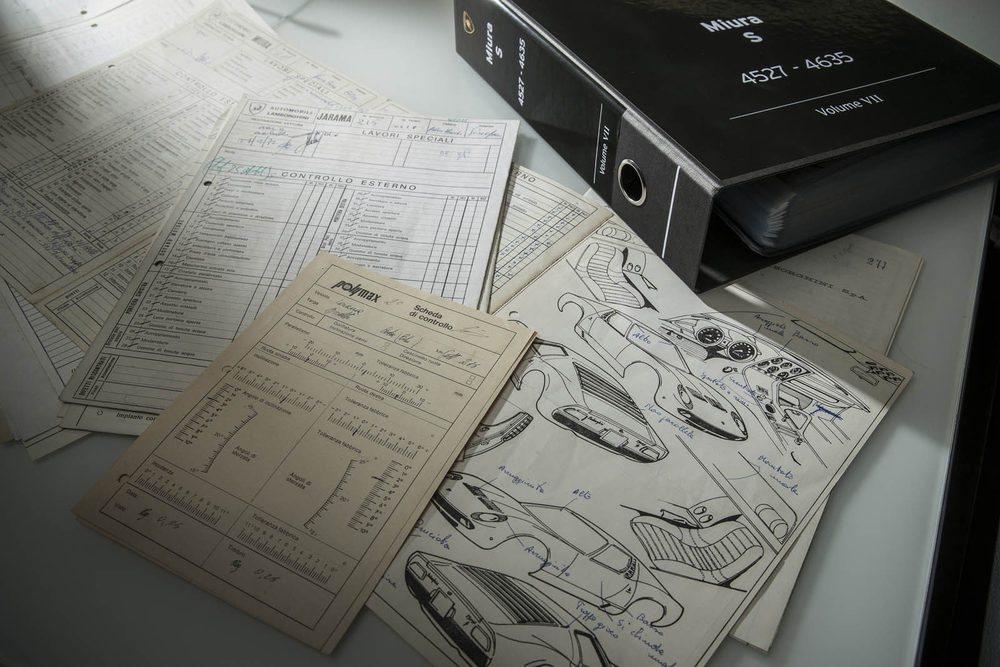 Lamborghini Polo Storico no sólo se encarga de restaurar y certificar sus máquinas más legendarias, sino que en sus nuevas instalaciones también se ha creado un archivo con los documentos originales... Aquí los del Miura S.