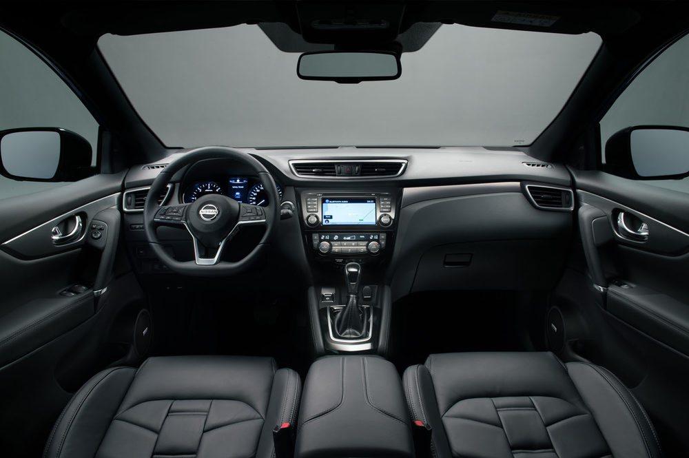 En el interior hay nuevos materiales, con más calidad y un volante rediseñado, ahora achatado por abajo.