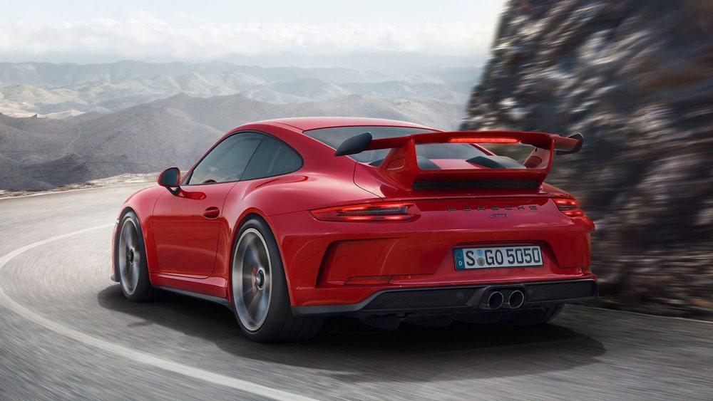 La aerodinámica juega un papel fundamental en los únicosPorsche 911 con motor atmosférico. Destaca el alerón trasero, que ayuda a pegar su eje posterior al asfalto. Ahora este es direccional y recibe 500 CV de potencia.