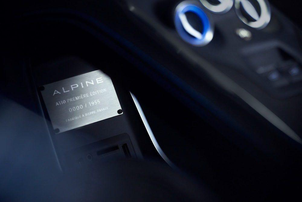 En Francia ya pueden reservar esta edición especial Première Edition, de la que fabricarán 1955 unidades y que allí cuesta 58.500 euros. En su interior encontramos aluminio, cuero, carbono... Tras su volante hay una pantalla TFT configurable.