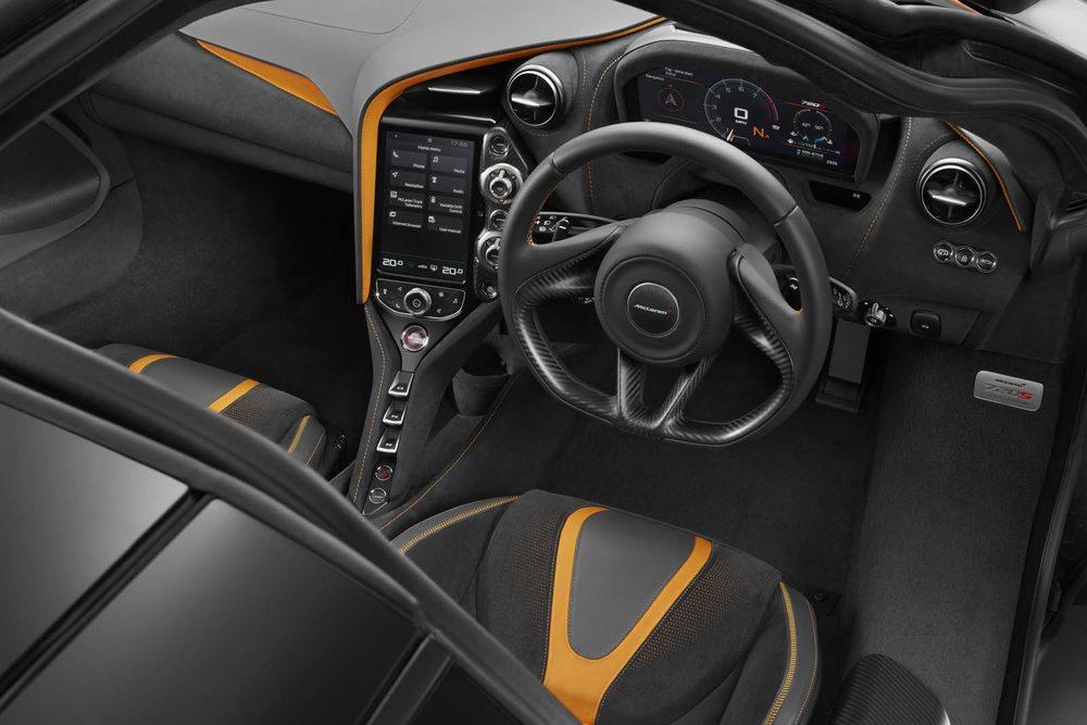 El nuevo chasis Monocage II ofrece más espacio para sus ocupantes, que ven como se incorpora una nueva pantalla central táctil. Tras su volante hay un revolucionario velocímetro digital que ofrece dos tipos de vista diferentes.