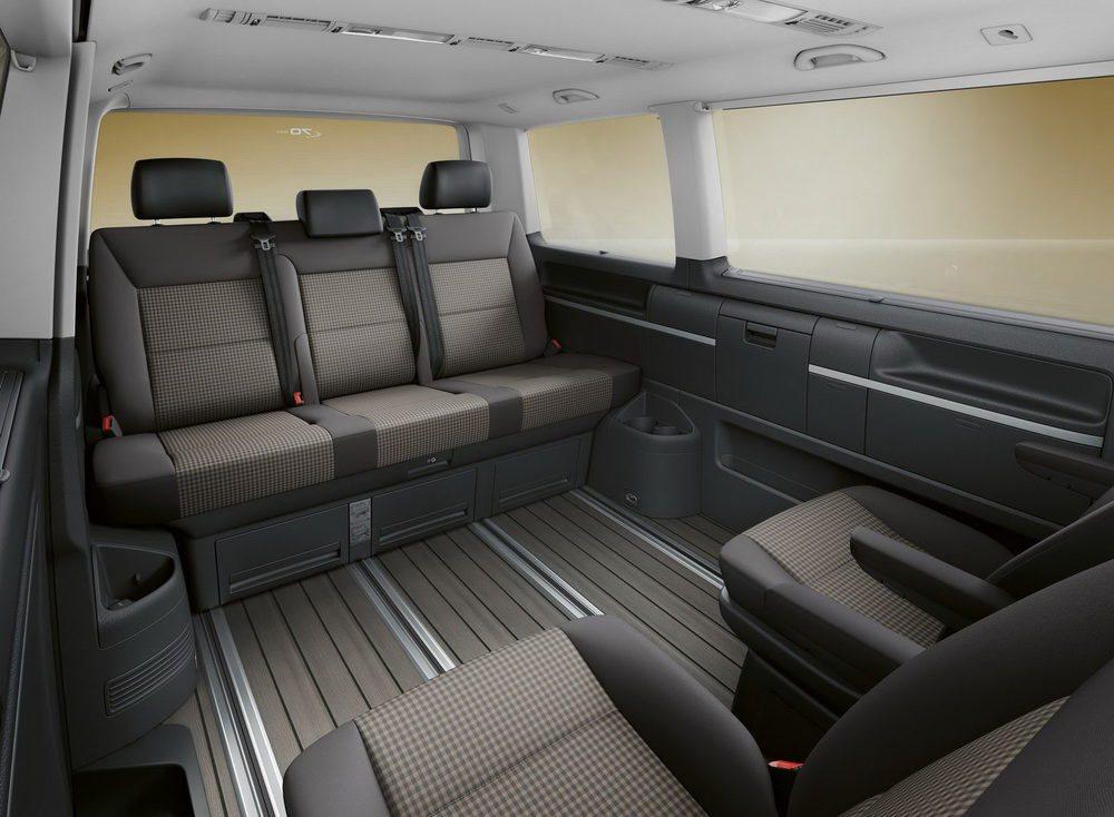 El interior de estas Multivan Bulli Edition tiene un aire retro gracias al tapizado Visitamo para sus asientos. Tiene configuración de siete plazas y el piso tiene un acabado Dark Wood, como las California.