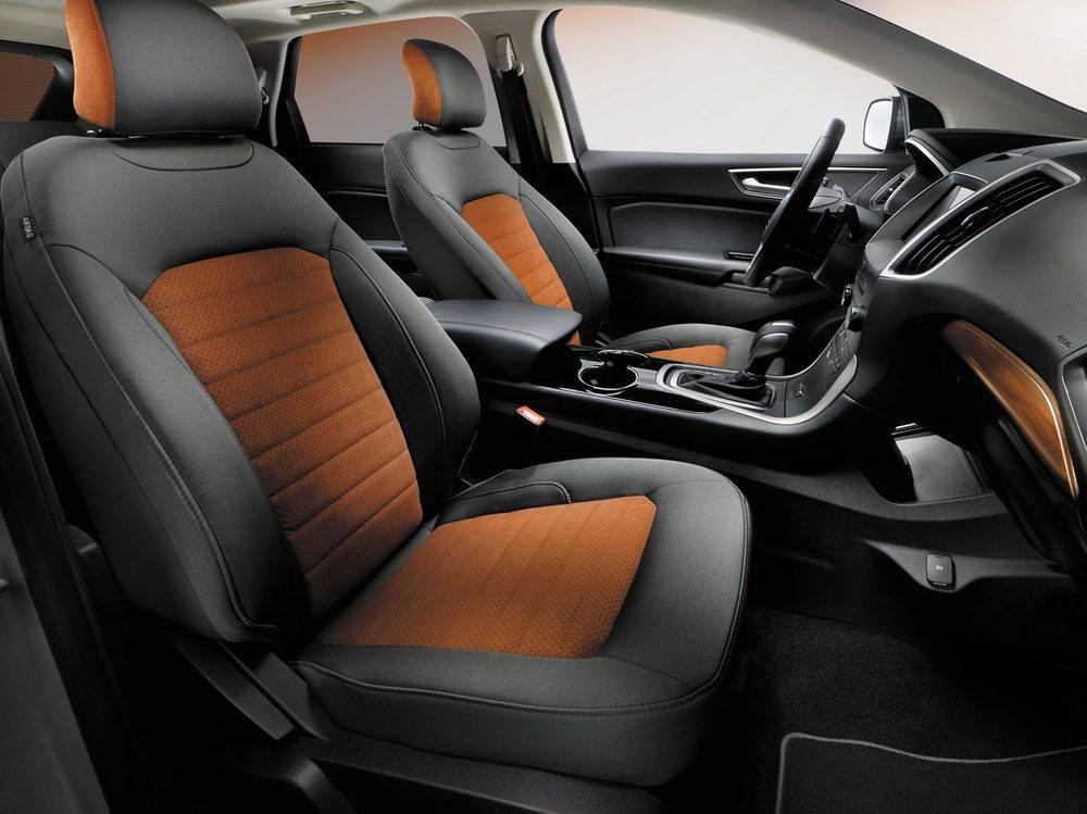 Los asientos de estos Ford Edge SEL Sport Pack se tapizan en tela de color cobre y gris, y no con cuero. También reciben detalles específicos, como las molduras o las alfombrillas. Su dotación de serie se incrementa considerablemente.
