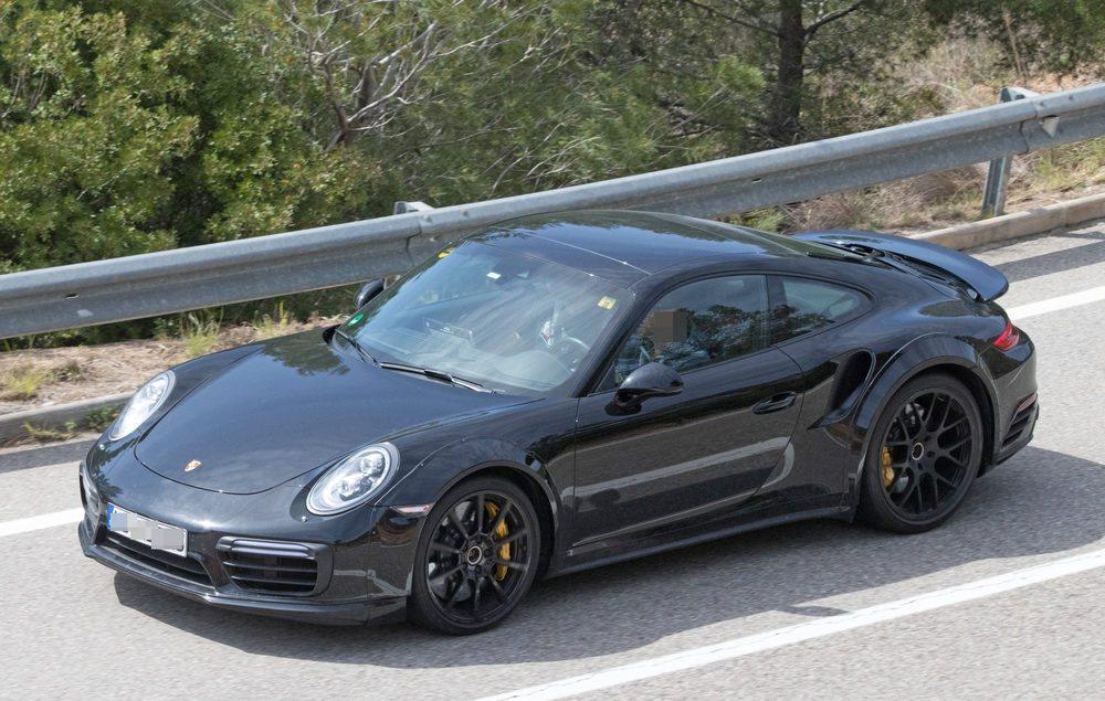 La renovación de la gama 911 también ha tenido en mente las versiones más potentes. Aquí podemos ver al Turbo en una de sus primera imágenes espía