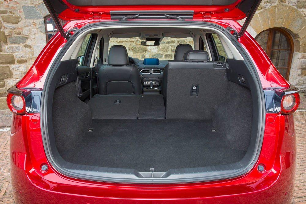 El maletero crece respecto al actual CX-5. Parte de 506 litros de capacidad que se pueden ampliar abatiendo los asientos.