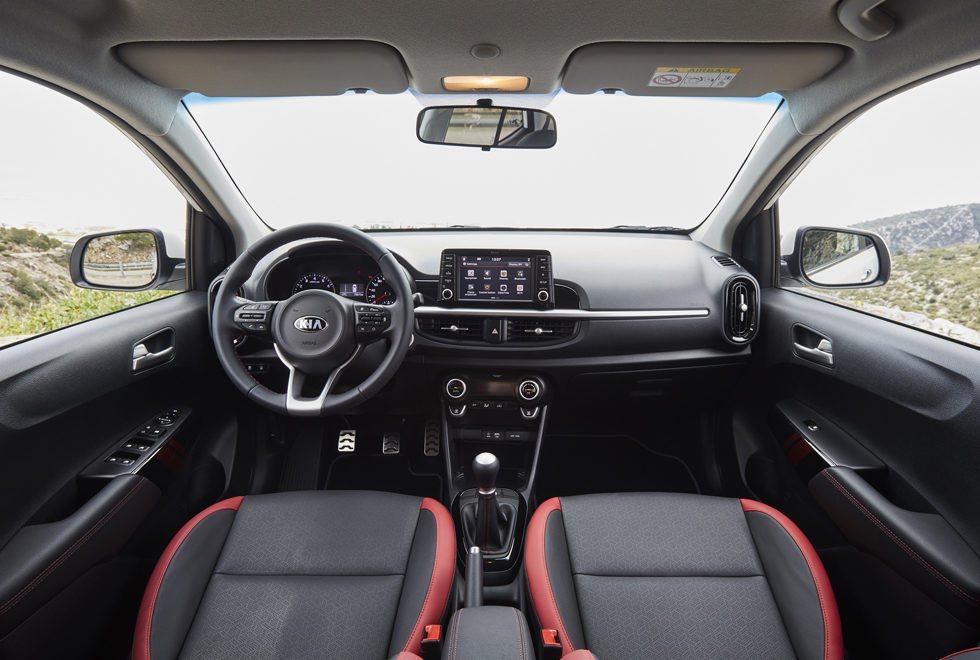 La presentación interior es muy llamativa con esta pantalla táctil de 7 pulgadas, opcional. Hay mucho espacio y está configurado como un cinco plazas, además de que su maletero llega a los 255 litros. La calidad es buena, como sus ajustes.