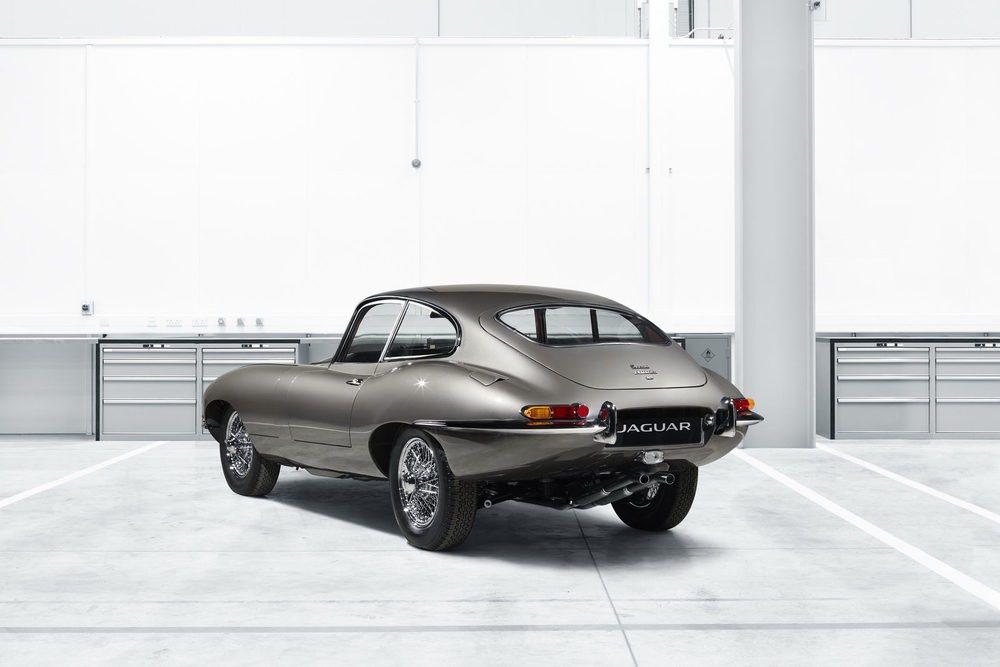 Jaguar Classic va a restaurar 10 unidades de E-Type de primera generación. El primero de ellos es este ejemplar de 1965 que viajó a California y ahora se ha devuelto a la vida. Cada pieza tiene un precio de partida de 350.000 euros.