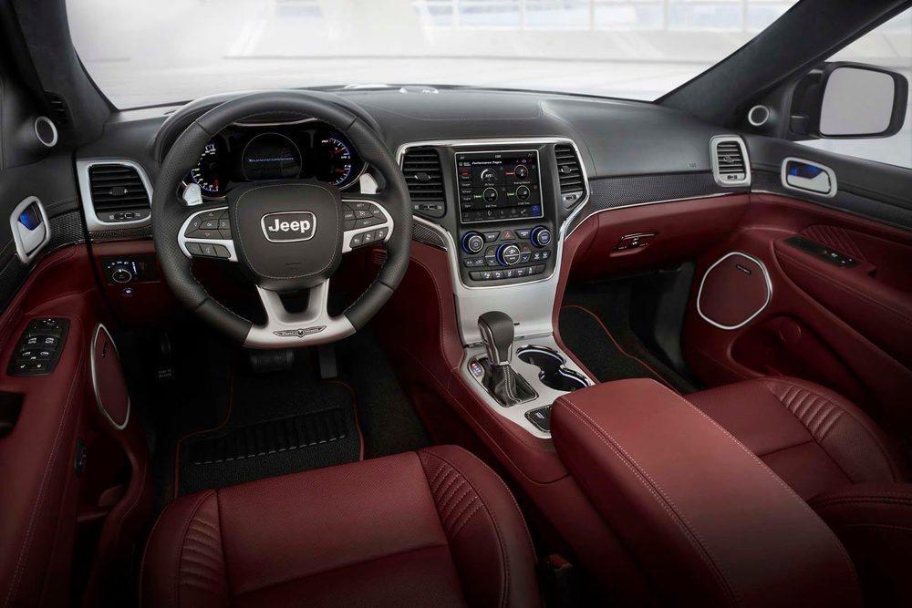 Su interior es propio de un verdadero deportivo, con asientos envolventes tapizados en cuero, molduras de carbono, selector de modos, pantalla de 8,4 pulgadas para el sistema de telemetría... Y un velocímetro que llega a las 200 mph: 320 km/h.