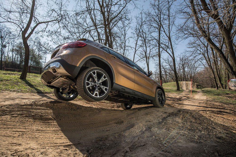 La tracción total y el chasis de mayor altura en posición confort off road permiten que el Mercedes GLA salga airoso de obstáculos fuera de carretera.