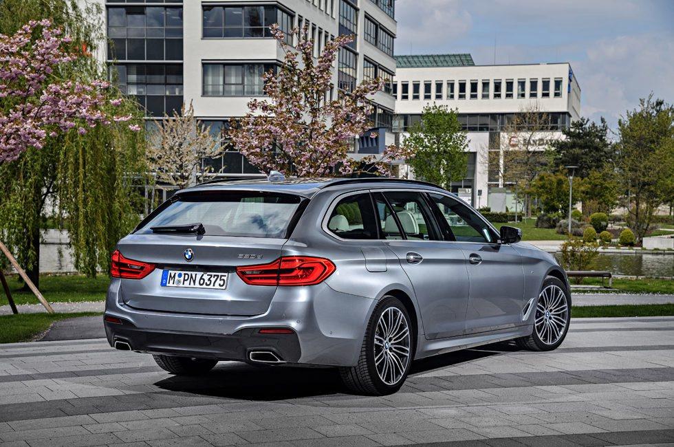 4,94 metros de largo mide el nuevo BMW Serie 5 Touring, cuya carrocería está fabricada en aluminio y es hasta 100 kilos más ligero que antes. El portón trasero es eléctrico de serie, al igual que cuenta con suspensión trasera neumática.