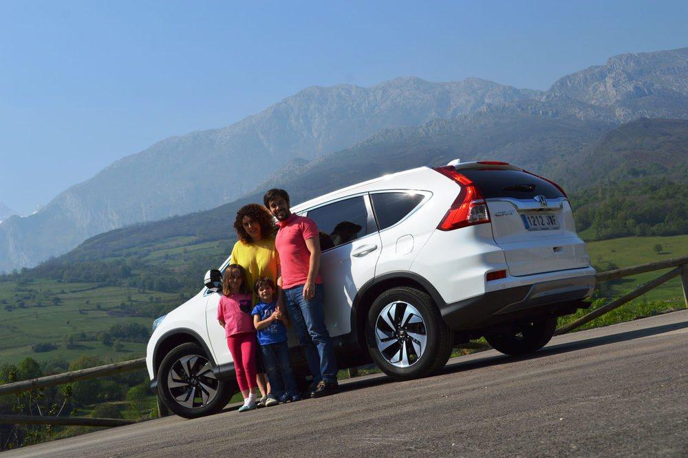 La familia al completo, disfrutando de los paisajes asturianos y de un coche ideal para la familia, como el Honda CR-V.