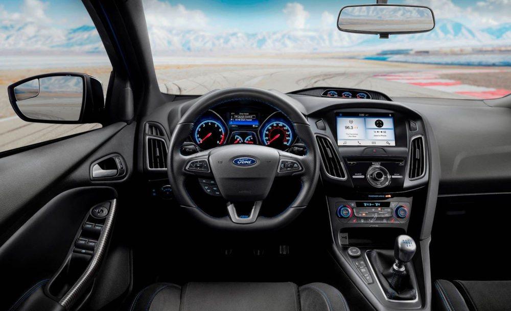Dentro de estos 1.500 Ford Focus RS Limited Edition encontraremos nuevas molduras de fibra de carbono en puertas, consola central, freno de mano... También equipan de serie el paquete RS200.