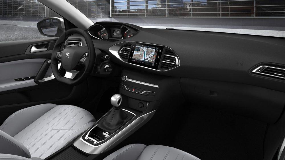 El interior se ha renovado con nuevos materiales aunque no utilizará el nuevo i-Cockpit de segunda generación