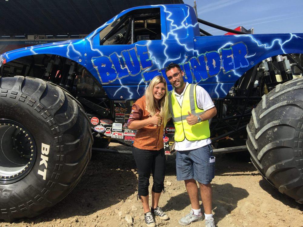 Cynthia no dudo en posar junto a nosotros y uno de los los Monster Trucks que estará el Sábado en el show