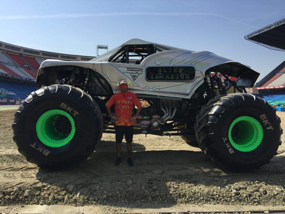 El tamaño de estos vehículos como véis es impresionante. El modelo que posó junto al Alien Invasion fue Mark List, uno de los pilotos que llevan a Toro Loco
