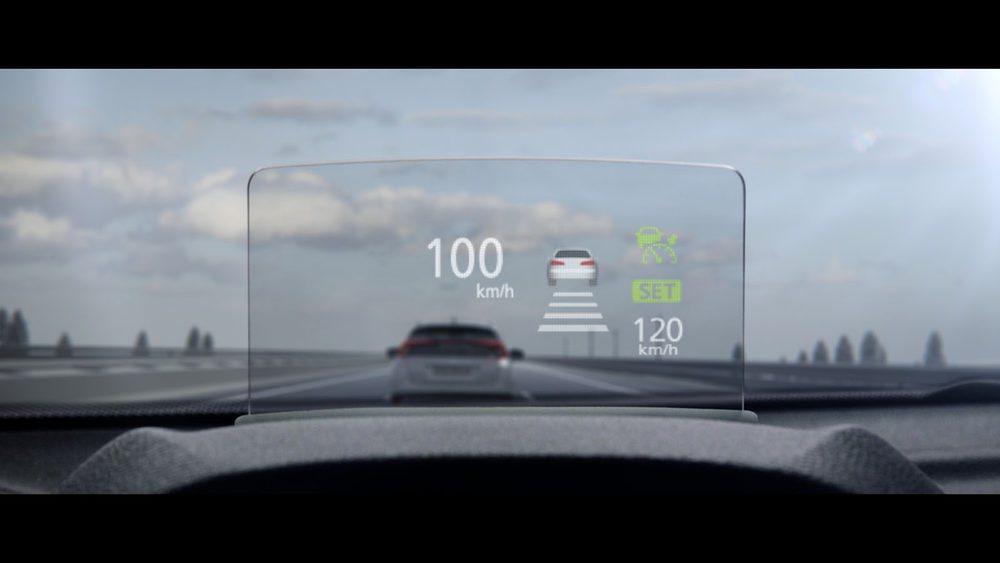 El Head Up Display, de gran tamaño, ofrece mucha información al conductor sin que este tenga que apartar la vista de la carretera.