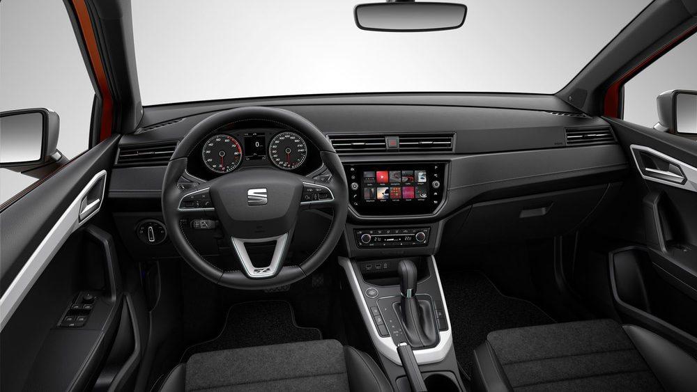 En el interior se pueden combinar colores y acabados. El cuadro recuerda al del Seat Ibiza, con la pantalla táctil tomando protagonismo.