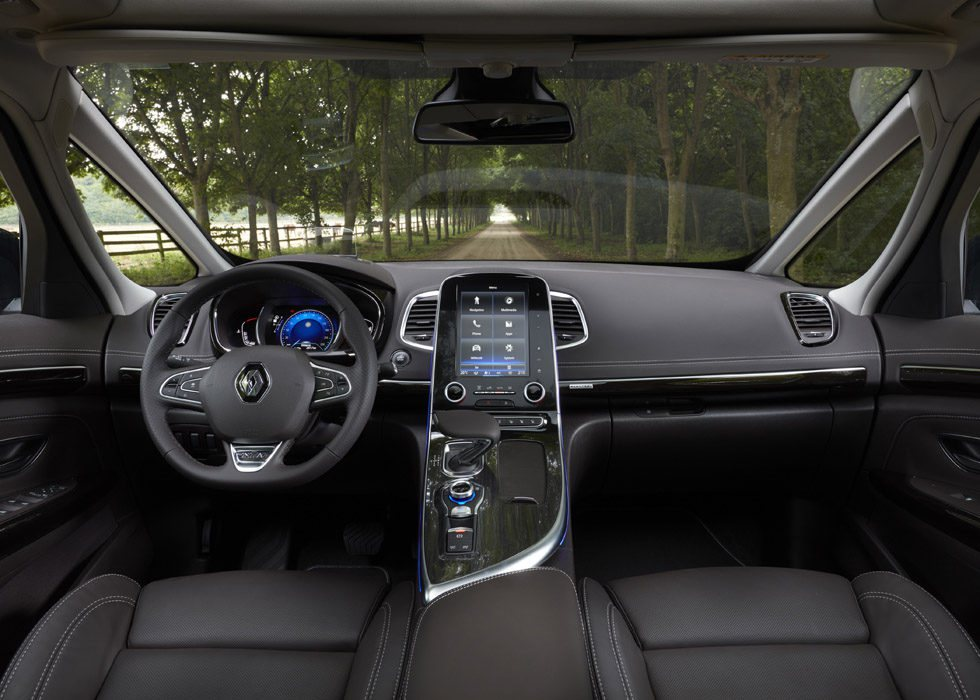 El puesto de conducción es muy luminoso, más con el techo panorámico, opción de 1.157 euros en los Zen e Initiale París. Se suma un nuevo tapizado en cuero, iluminación LED, asientos delanteros ventilados... Y su pantalla R-Link 2 ahora tiene más conectividad.