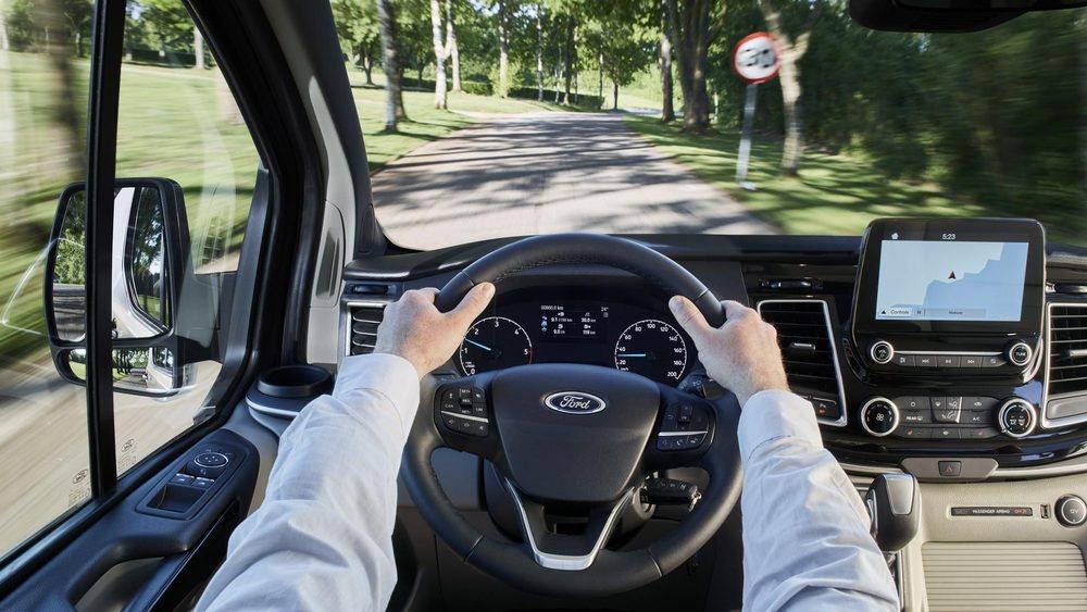 El puesto de conducción de los Ford Tourneo Custom es nuevo. Nuevos son sus relojes y su consola central, heredada del nuevo Fiesta, incluída la pantalla táctil de 8 pulgadas. Se han revisado los tapizados y mullidos de sus asientos.