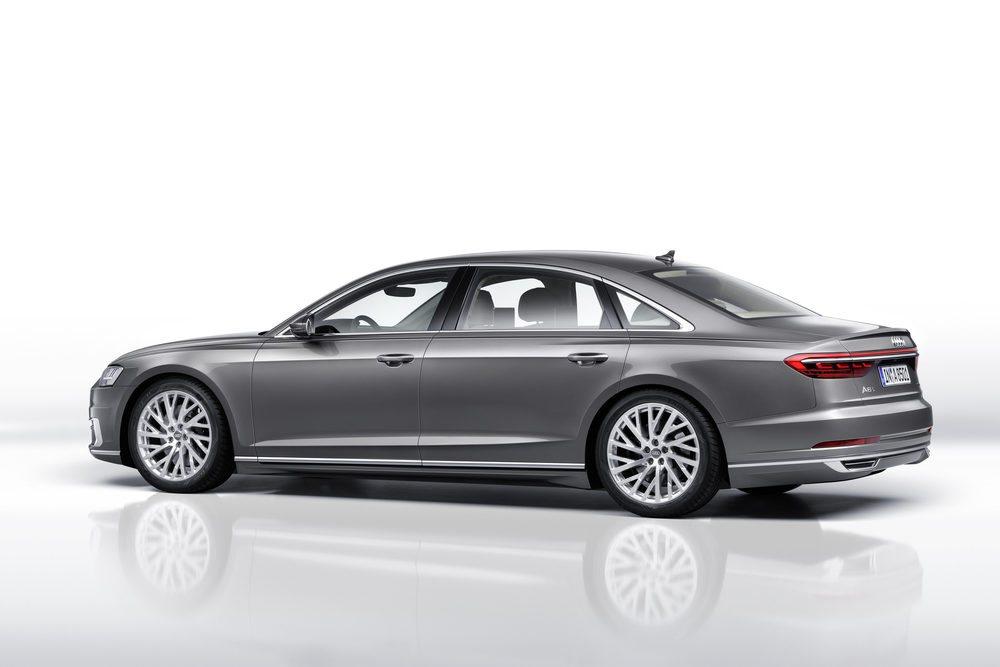 La cuarta generación A8 estará disponible con batalla normal y larga. Los pilotos traseros tienen tecnología OLED y están conectados entre sí. Audi ofrecerá 12 colores para su carrocería, que combina acero, aluminio, magnesio y fibra de carbono.