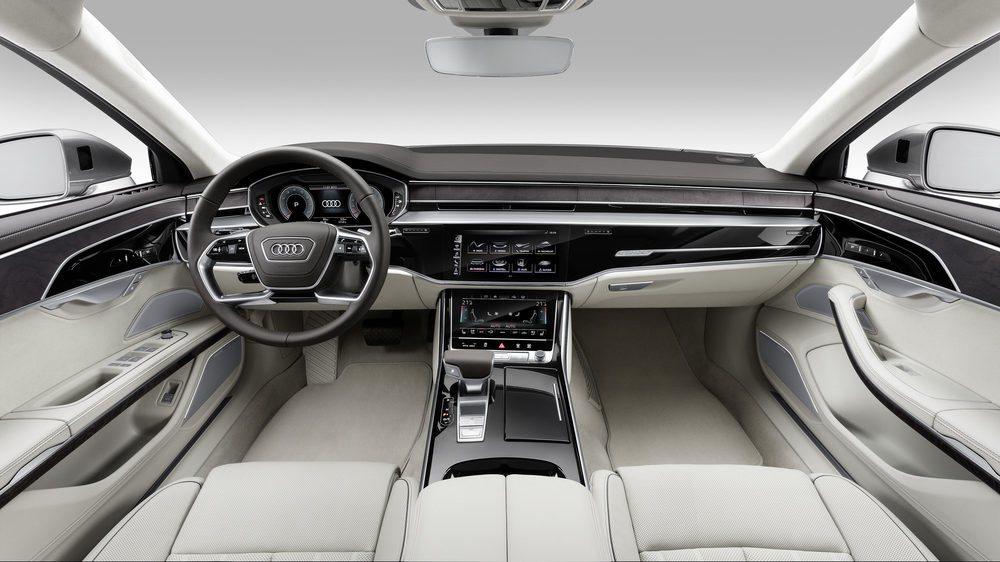 El Audi A8 entra en la era digital porque estrena el Audi virtual cockpit, un sofisticado Head-Up display, una nueva pantalla táctil de 10,1 pulgadas, además de otra más pequeña para controlar la climatización. Calidad, materiales y ajustes brillarán a un gran nivel.