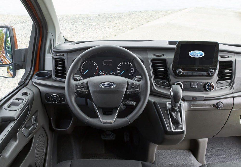 El diseño interior está inspirado en el Ford Fiesta y su salpicadero está presidido por esta pantalla de 8 pulgadas, que será opcional. Se han mejorado los materiales, las tapicerías y aparecen más huecos portaobjetos, conexiones USB, tomas de 12 voltios...