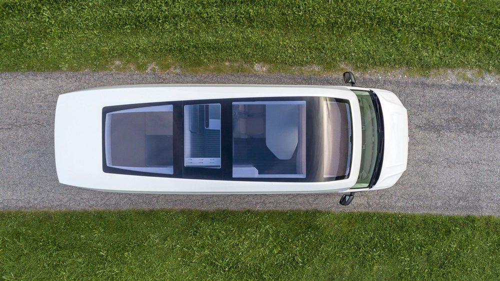 Todo el techo de esta California XXL Concept está acristalado para conectarse con el exterior. Ahora bien, se puede cubrir con un sólo botón. Dentro hay espacio para que descansen cuatro adultos.