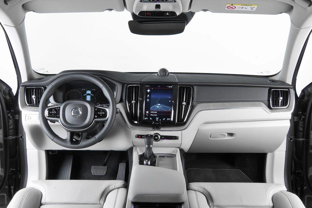 La presentación interior es sensacional por ajustes, calidad, materiales... También hay mucho espacio para cinco adultos y la gran pantalla, en posición vertical, domina su salpicadero.
