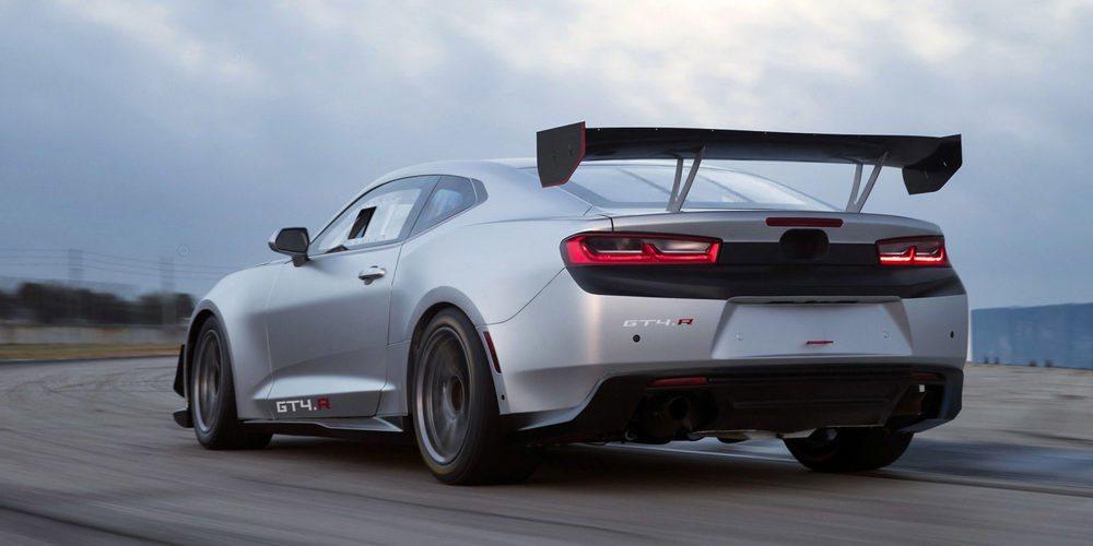 Sus apéndices aerodinámicos, realizados en carbono, son realmente imponentes. El Camaro GT4.R cuenta con el corazón 6.2 V8 LT1 que utilizan los SS, pero adaptado para su uso intensivo en carrera.