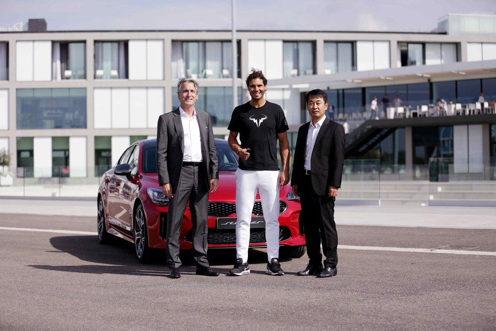 Al acto de entrega asistieron Yanseop Gihl, presidente de Kia Motors Iberia, y Emilio Herrera, director general de la marca