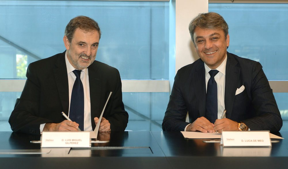 Luca de Meo, presidente de Seat (derecha), y Luis Miguel Gilpérez, presidente de Telefónica, durante la firma