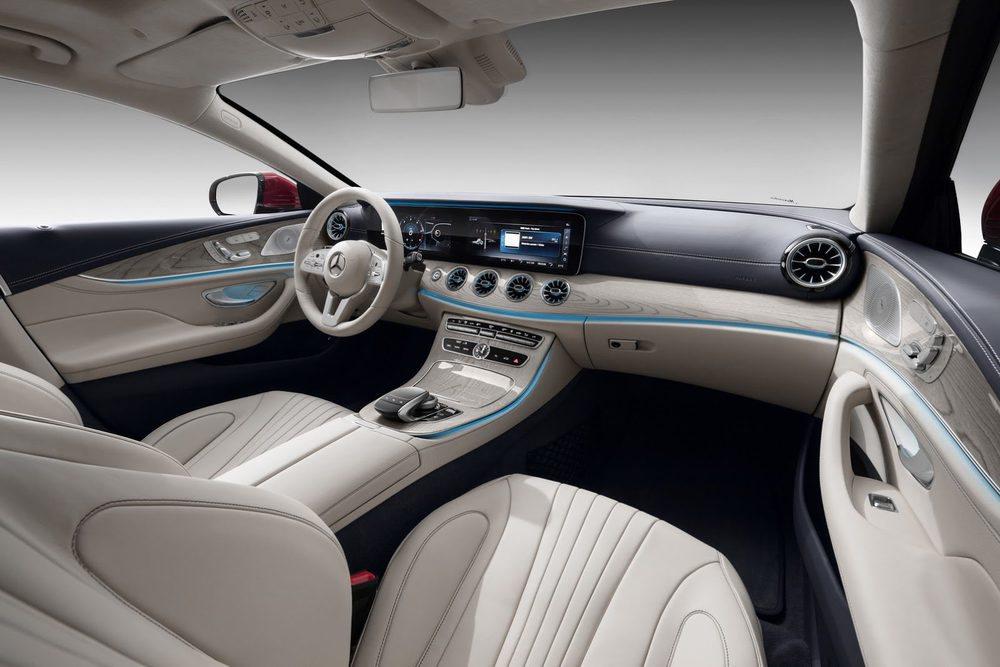 La tónica marcada por los Mercedes Clase E y Clase S se traslada al nuevo CLS con un futurista puesto de conducción donde no desentonan estas dos pantallas de 12,3 pulgadas cada una.