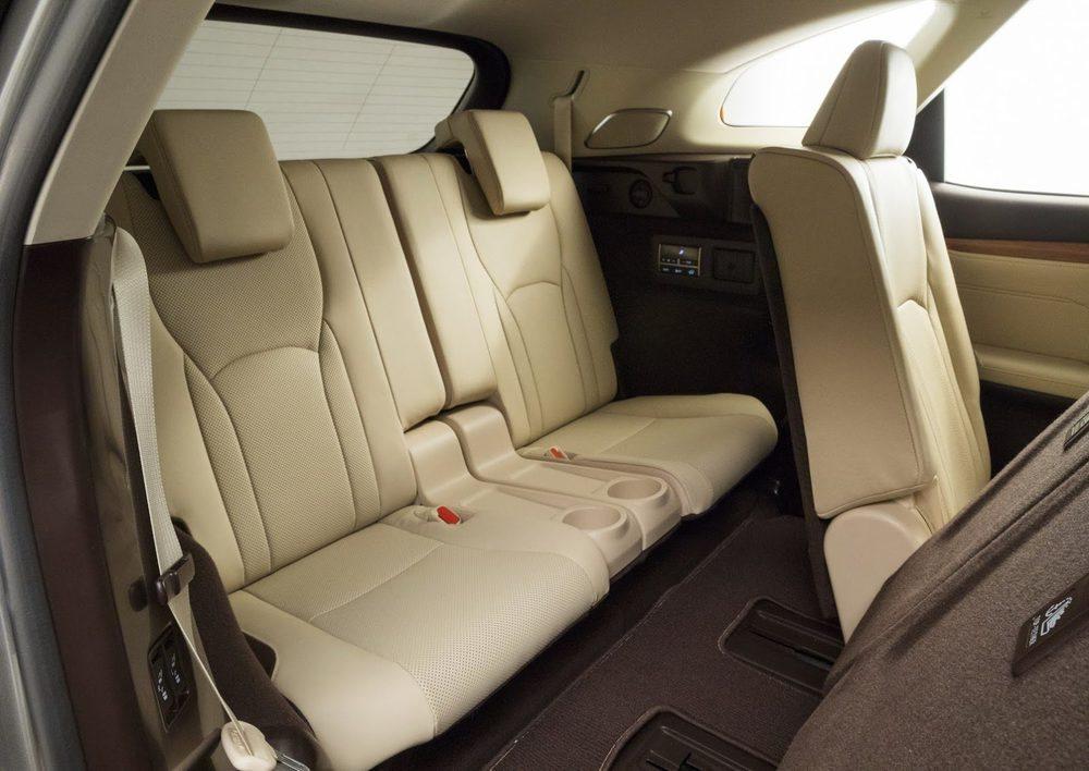 El voladizo trasero de este Lexus RX L se estira 110 milímetros, lo suficiente para que en su maletero se puedan colocar estos dos asientos extra, que cuando no se usan se ocultan de forma automática.