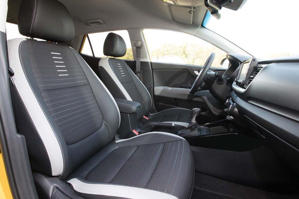 El interior ofrece un buen espacio y unos asientos caracterizados por su comodidad. Hay tapicerías de diferentes colores.
