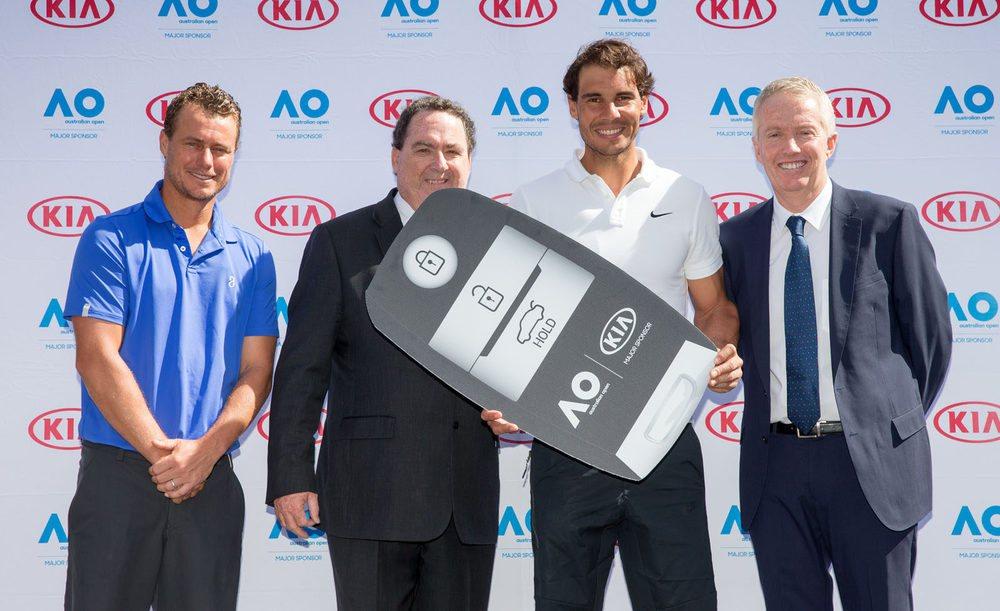 Rafa Nadal hace entrega de la llave de la flota del Open d Australia