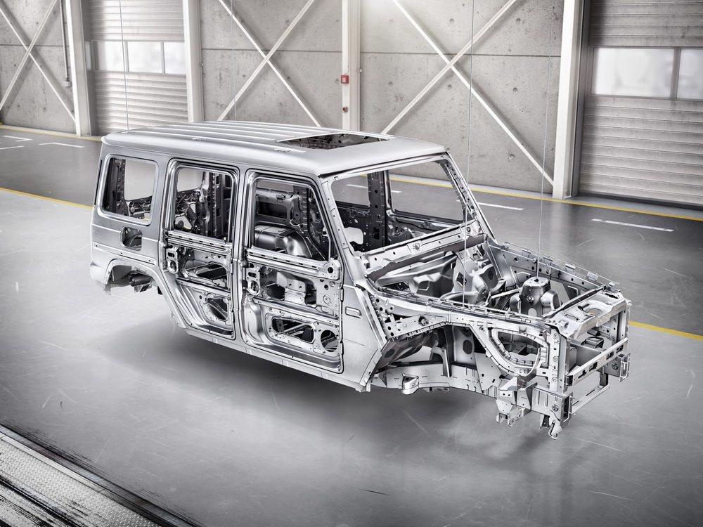El nuevo Clase G es más grande que antes, pero usan aluminio para fabricarlo y ahora pesa 170 kilos menos antes. El chasis sigue siendo de largueros, pero estrena suspensiones desarrolladas por AMG, que se notarán en el asfalto.