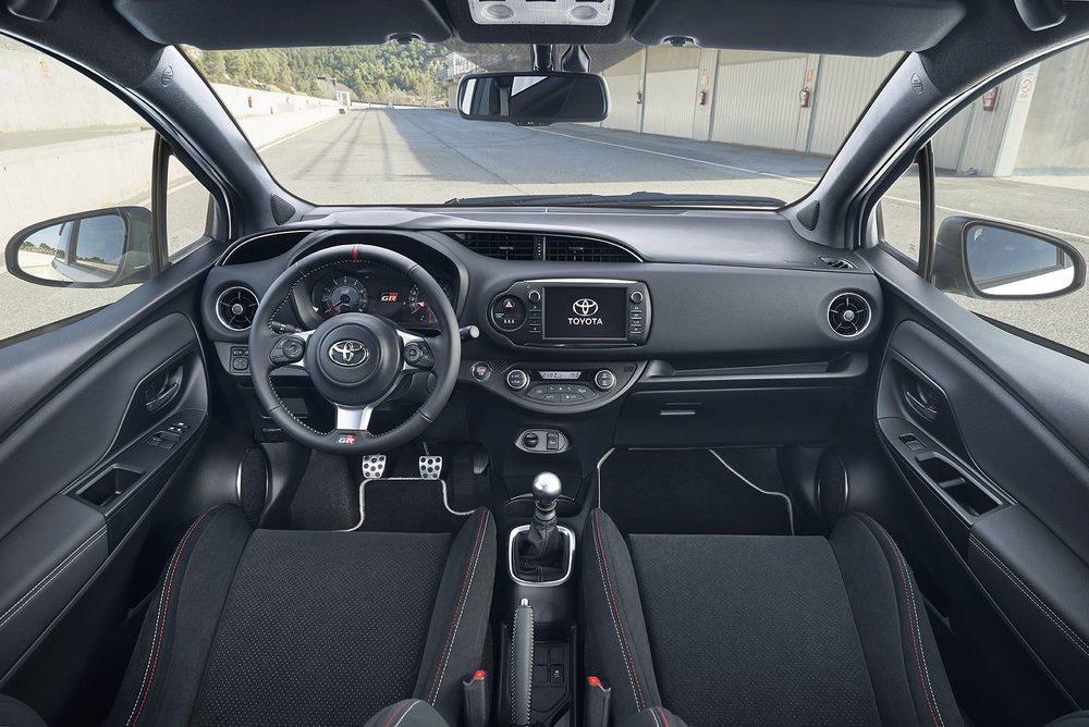 Su interior es bastante discreto. Le delatan los estupendos asientos y el volante heredado del Toyota GT86. También el botón de arranque es específico, al igual que los pedales metálicos... excepto el del acelerador.