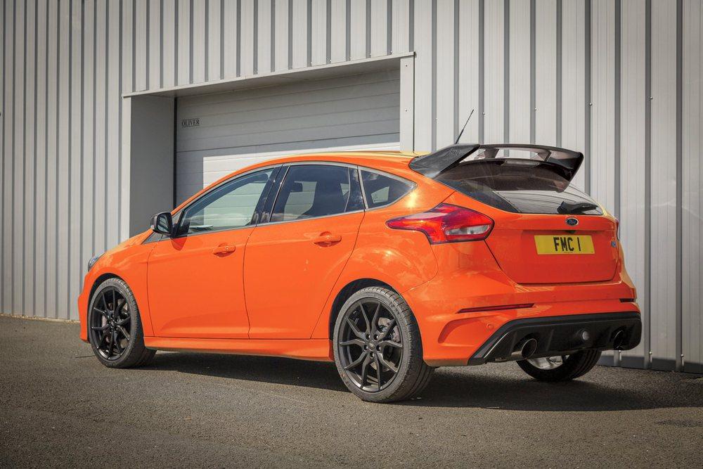 Por nuestras carreteras no veremos ninguno de los 50 Ford Focus RS Heritage Edition que fabricarán, pues se venderá sólo en Reino Unido. Todos tienen este color Deep Orange y su motor llega a los 375 CV.