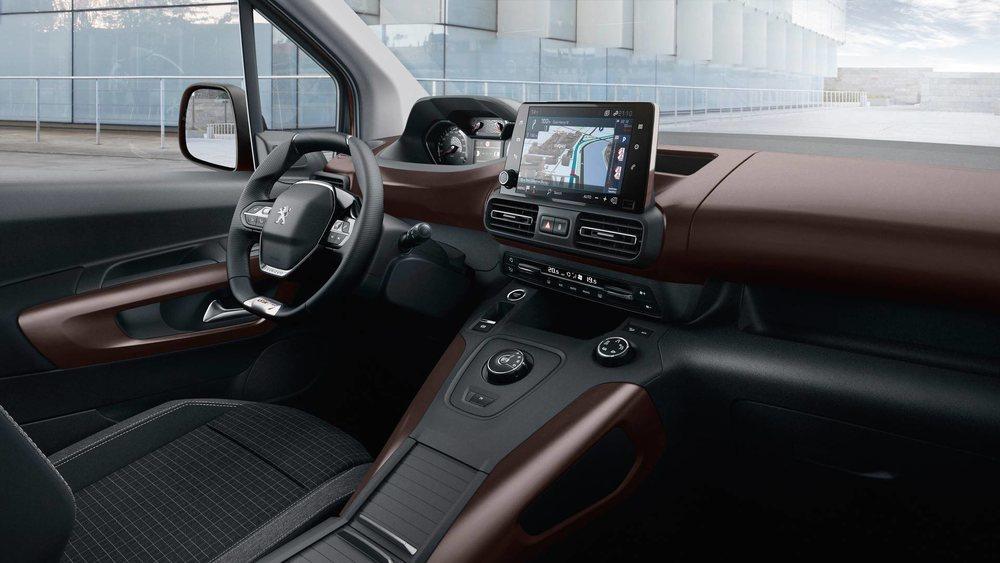 Como los últimos productos de Peugeot, el Rifter apuesta por el singular i-Cockpit con una instrumentación elevada. También sorprende esta pantalla central de 8 pulgadas, el selector circular para los equipados con el cambio EAT8, el sistema Grip Control...
