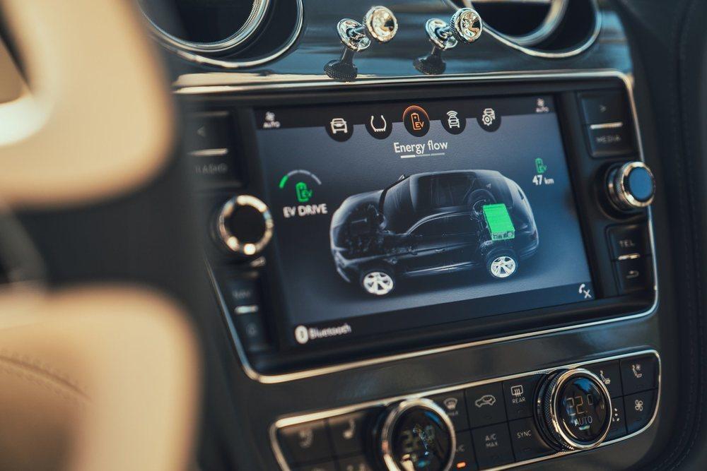 Algunas pantallas de su sistema de infoentretenimiento son específicas para este Bentayga Hybrid, que podrá recorrer hasta 50 km en modo eléctrico. Le van a delatar sus relojes, sus emblemas exteriores, sus llantas... con acabado en cobre.