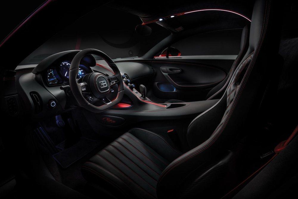 Tanto su exterior como su interior reciben detalles que realzan la deportividad de este impresionante Bugatti Chiron Sport. Su mecánica no recibe mejora alguna, pero se ahorran 18 kilos de peso gracias a sus nuevos componentes.