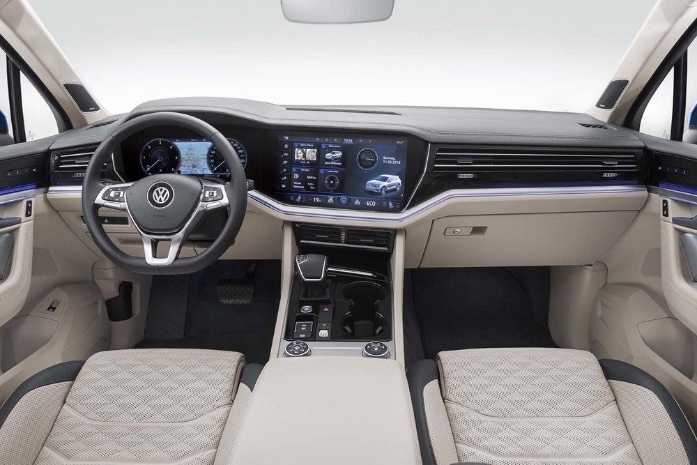 En el interior, la pantalla de 15 pulgadas y el digital cockpit de 12 pulgadas conforman dos monitores que le dan un aire sofisticado y tecnológico al interior del Touareg.